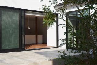 構造機能を兼ね備えた格子状の壁で、開放的なリビングに
